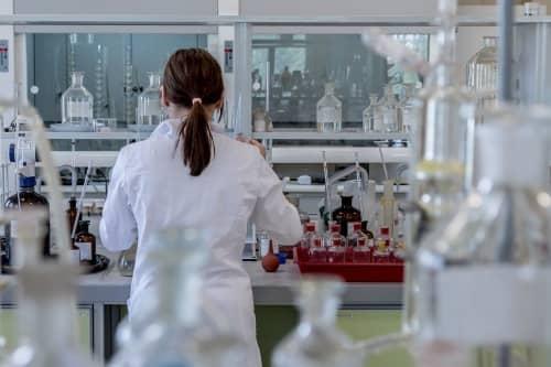 científica trabajando en el difosfuro de plata