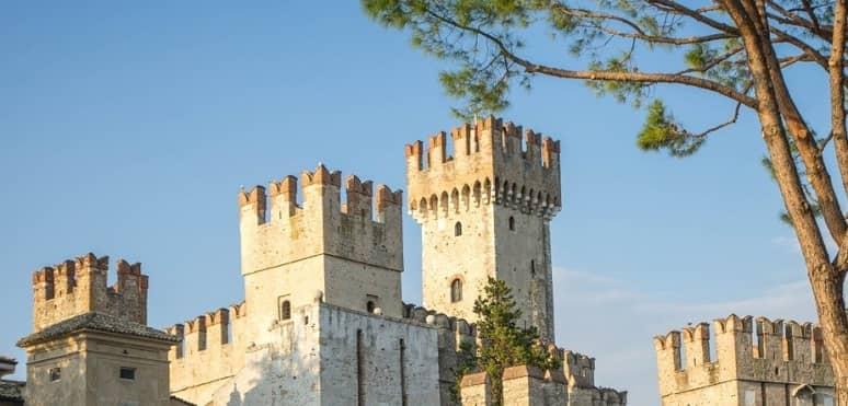 las almenas como partes de un castillo medieval