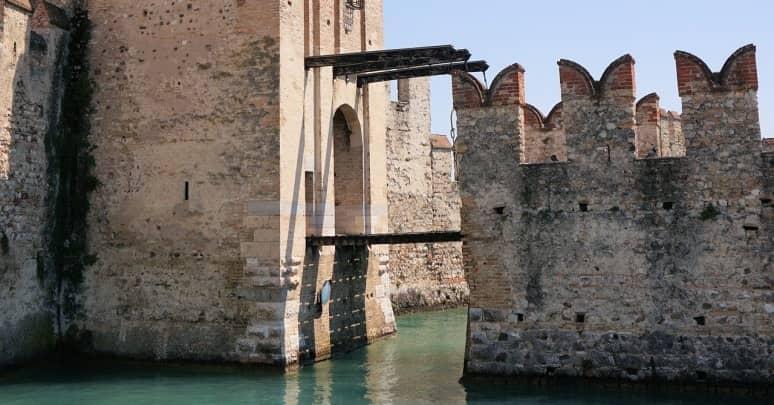 puente levadizo y foso