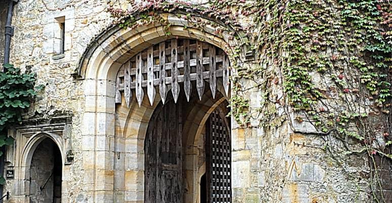 puerta con rastrillo