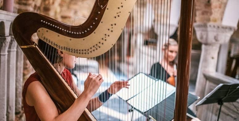 mujer tocando el arpa