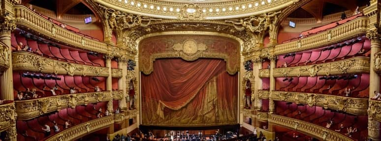 Las 30 partes de un teatro entre escenario y asientos
