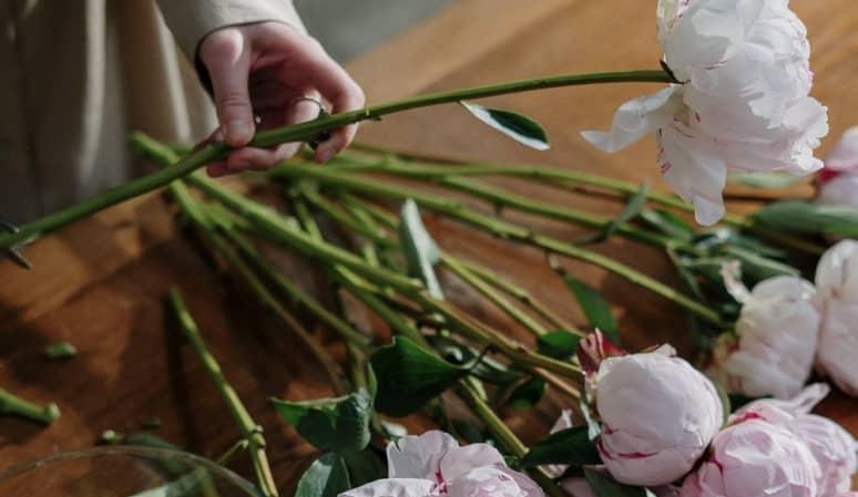 Beneficios de enviar flores a un tanatorio desde una floristería profesional
